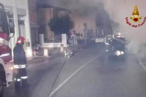 [Si schianta contro un muro, l'auto prende fuoco. Conducente salvo all'ultimo]
