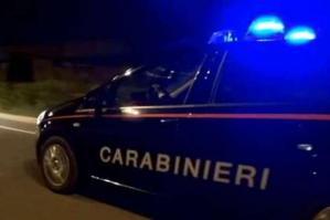 [Aggredisce i carabinieri e danneggia la loro auto]