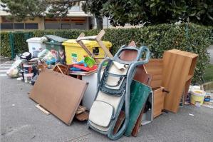 [Abbandona i rifiuti in strada a Bibione, 8 mila euro di multa]