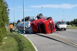 [Camion si rovescia in rotatoria, conducente ferito]