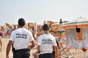 [Contrasto al commercio abusivo a Bibione: buoni i risultati della Polizia Locale]