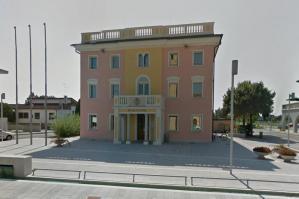 """[Pramaggiore, ingresso del Municipio detto """"Casa Comunale"""" per l'Agenzia delle Entrate]"""