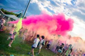 "[L'estate di corsa: AVIS lancia il ""Color Tour""]"