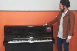 [Un pianoforte in dono alla scuola media dall'Ass. Comugne]