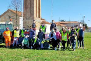 [Giornata ecologica a Pradipozzo: bambini e giovani hanno pulito le strade]